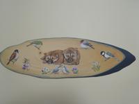 ペットロスの方がペットのリアルな似顔絵の注文(オーダー)前に見る作品~草花と6羽の小鳥に囲まれ、2匹の仔犬が体を寄せ合う姿を立体的に描いた肖像画のグッズ