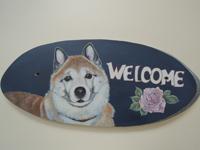 ペットロスの方がペットのリアルな似顔絵の注文(オーダー)前に見る作品~薔薇の花の横で立体感ある愛犬が出迎えるウエルカムボードのグッズ