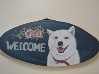 ペットロスの方がペットのリアルな似顔絵の注文(オーダー)前に見る作品~薔薇の花の横で元気に笑う愛犬が出迎えるウエルカムボードのグッズ