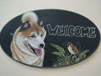 ペットロスの方がペットのリアルな似顔絵の注文(オーダー)前に見る作品~元気に笑う愛犬と草花に止まる小鳥を描いたウエルカムボードのグッズ
