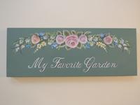 注文(オーダー)依頼前に見る作品~庭先に飾るガーデンサインボード(ウエルカムボード)~薔薇の花とその他の草花を配置