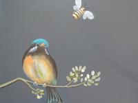 カットの素材画像(挿絵の素材)~止まり木につかまる小鳥と飛ぶハチ