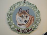 ペットロスの方がペットのリアルな似顔絵の注文(オーダー)前に見る作品~草花に囲まれた愛犬が出迎えるウエルカムボードのグッズ